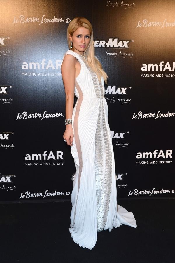 f5bf19f4030 Skandalistka Paris Hiltonová oblékla dlouhou róbu. Ani na té si ale  neodpustila průhledný materiál.