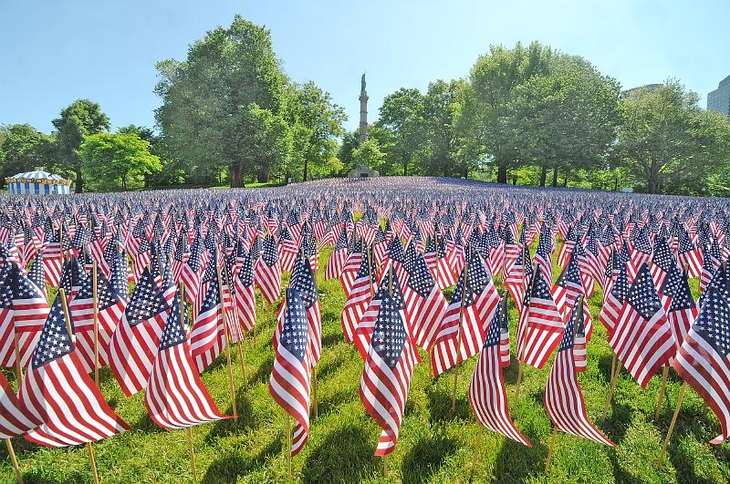 bcbc529a4b0 Americké vlajky k uctění památky 33 tisíc obyvatel Massachusetts