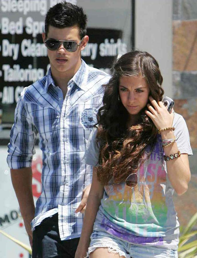 fa9f1218355 Teprve dvacetiletý herey Taylor Lautner s přítelkyní Sarah Hicksovou. Pár  se podle hollywoodských drbů už ...