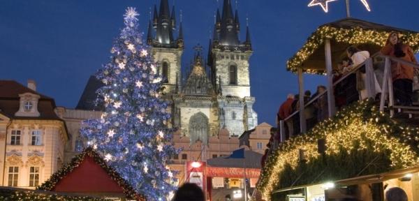 Dominantou staroměstského náměstí majestátní vánoční strom