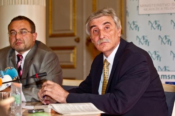 Bátora s nyní již bývalým ministrem školství Josefem Dobešem (VV).