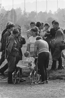 Obyvatelé Prahy mluví s vojáky okupujícími Československo.