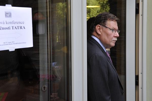 Ronald Adams odmítá obvinění z nabídky úplatku.