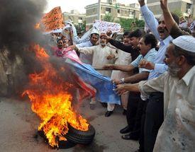 Už oblíbená zábava některých Pákistánců. Pálení americké vlajky.
