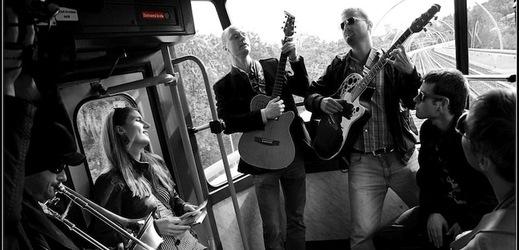 Jan Budař a Eliščin Band v tramvaji směrem z Barrandova.