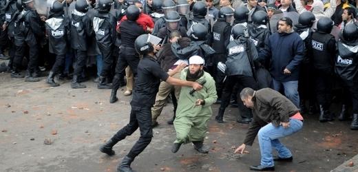 Policie v severoegyptské Alexandrii zasáhla slzným plynem při střetech mezi islamisty a jejich oponenty.