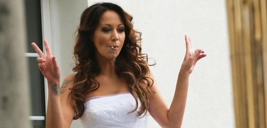 Nevěsta si neodpustila ani cigaretu.