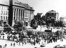 Měnová reforma způsobila mnoho osobních tragédií. V Plzni a několika dalších městech vyšli lidé protestovat do ulic, ničili obrazy Stalina a Klementa Gottwalda.