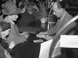 Českoslovenští občané přicházejí do výměnných středisek, aby si vyměnili staré peníze za novou měnu.
