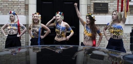 """Dívky nápisem """"Yanukovych piss off"""" dávají jasně najevo svůj názor."""