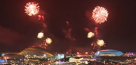 Nad olympijským areálem je živo, Rusové testují zahajovací ohňostroj.