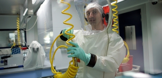 Zkoumání viru ebola v laboratoři P4 European High Level Security Laboratory (EHLS) v Lyonu.