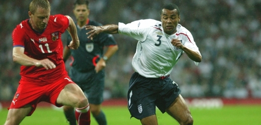 Ashley Cole (v bílém).
