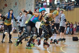 Prague City Roller Derby vs The Royal Army (Foto: Jan Hutter).
