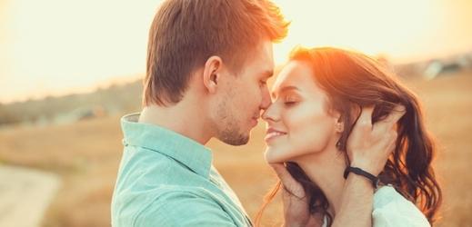 randění s dívkou první polibek