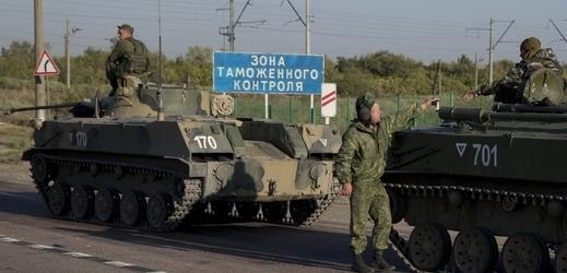 Ruské tanky humanitární pomoci mířící k ukrajinským hranicím.