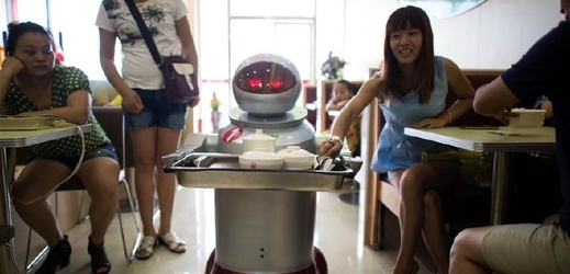 Roboti v restauraci zastupují obsluhu.