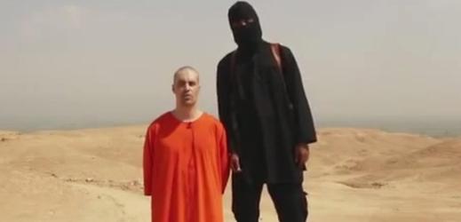Poprava novináře Jamese Foleyho. Popravčím byl islamista s britským pasem.