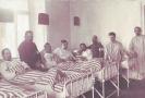 Ve vojenské nemocnici.