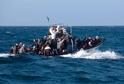 Loď s uprchlíky u Lampedusy.
