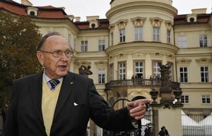 Genscher před Lobkovickým palácem, ambasádou SRN, v Praze.