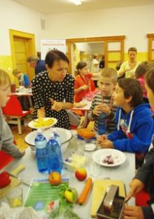 Děti si ve škole mohou připravit vlastní svačinu pod vedením odborníků.
