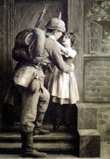 Romantické loučení před odchodem na frontu, dobová pohlednice.
