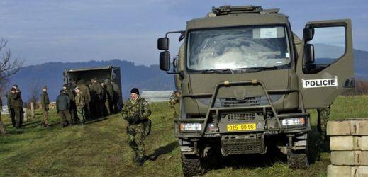 Vojáci v Haluzicích nedaleko areálu muničních skladů ve Vrběticích.