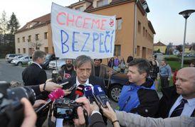 Obyvatelé Vlachovic na Zlínsku, kde se řešily následky výbuchu muničního skladu, se setkali 30. října s ministrem obrany Martinem Stropnickým.