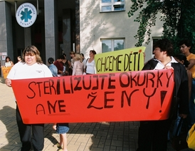 Demonstrace proti sterilizaci žen.