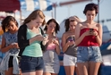 Mobilní telefony se zdají být pro dnešní společnost nepostradatelné (ilustrační foto).