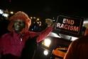 Zabití neozbrojeného Michaela Browna vyvolalo protesty napříč Spojenými státy. Na snímku demonstrující před policejní stanicí ve Fergusonu (25. listopadu 2014).