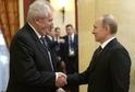 Prezident Miloš Zeman (vlevo) se v Moskvě potká se svým ruským protějškem Vladimirem Putinem.