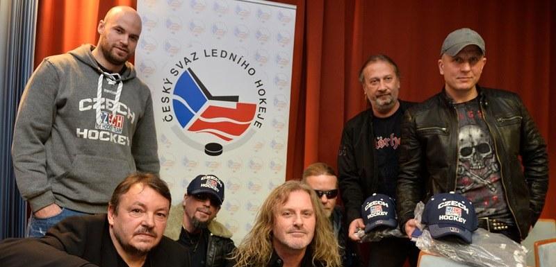 Kapela Kabát s předsedou Českého svazu ledního hokeje Tomášem Králem (vlevo  dole) a hokejistou 7c9ed550327