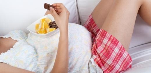 """O tom co mají nebo nemají jíst ženy během těhotenství, kolují po světě spousty """"babských"""" rad (ilustrační foto)."""