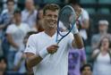 Tomáš Berdych překonal soupeře i tmu a postoupil do 2. kola Wimbledonu.