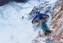 Z vysokých skal plachtí nad zemí jako draví ptáci. Na rozdíl od nich svůj let často nepřežijí. Nejlepší wingsuiter současnosti, Rus Valerij Rozov, však strachem netrpí.