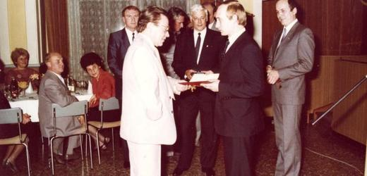 Dekorovaný Putin v roce 1987.