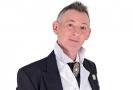 Colin Fry prohrál boj s rakovinou plic.