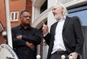 Julian Assange (vpravo) na balkoně.