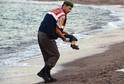 Turecký policista odnáší tělo utopeného chlapce.