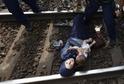 Syrská matka leží na kolejích v Maďarsku.