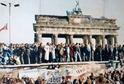 Pád berlínské zdi v roce 1989.
