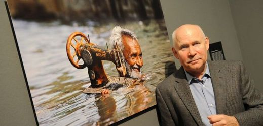 Steve McCurry se svým dílem Tailor in Monsoon.