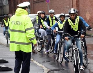 Migranti se v Německu učí jezdit na kole.