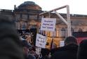 Pobouření vyvolala v Německu pondělní demonstrace hnutí Vlastenečtí Evropané proti islamizaci Západu (Pegida), na níž jeden z protestujících nesl šibenici se jmény kancléřky Angely Merkelové a viceka