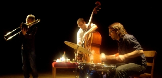 Na pražský festival Alternativa zavítá improvizující trio The Astronomical Unit.