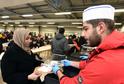 Výdej jídla v uprchlickém centru.