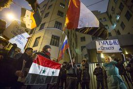 Protesty před tureckým velvyslanectvím v Moskvě.