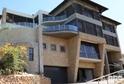 Krejčířova vila na útesu v luxusní čtvrti Johannesburgu.